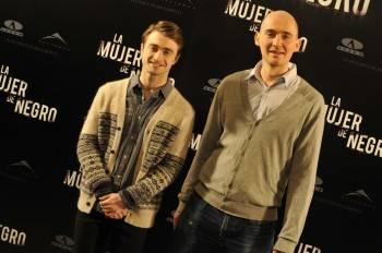 Daniel Radcliffe y James Watkins posando