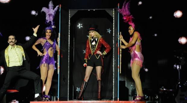 Taylor Swift durante su actuación en los MTV EMA 2012