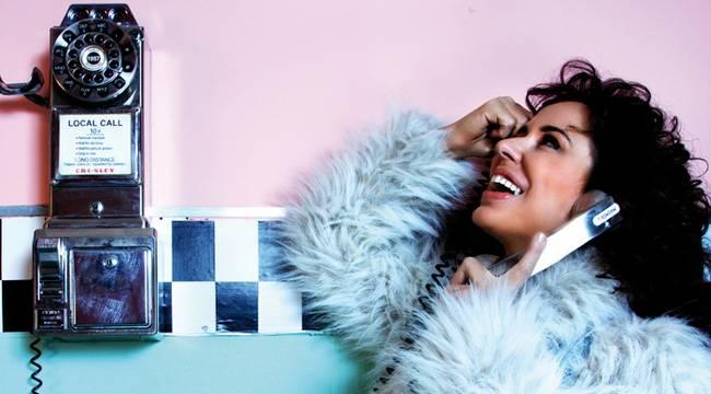 Vicky Larraz vídeo entrevista promocional de su single Earthquake