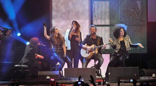 Alejandro Sanz con Bebe, Leire y Chila Lynn sobre el escenario de los Premios 40 Principales 2012