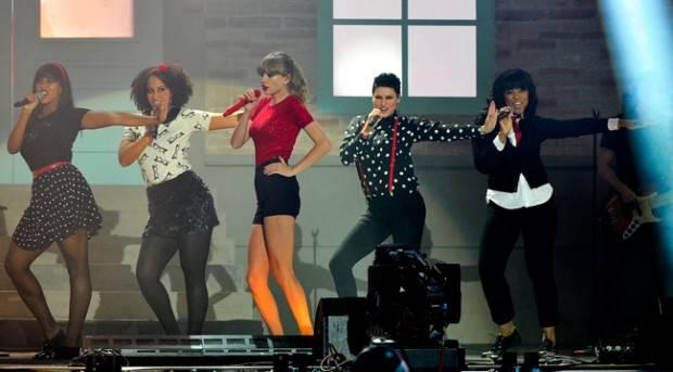 Taylor Swift durante la actuación en la Gala de Premios 40 Principales