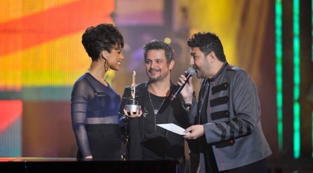 Tony Aguilar y Alejandro Sanz entregan un Premio 40 Principales 2012 a Alicia Keys