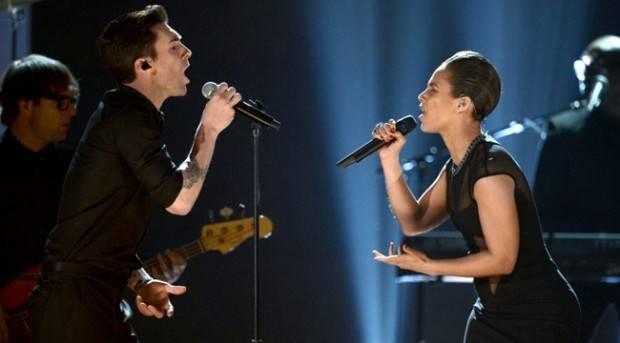 Alicia Keys y Adam Levine actuando en los Grammy 2013