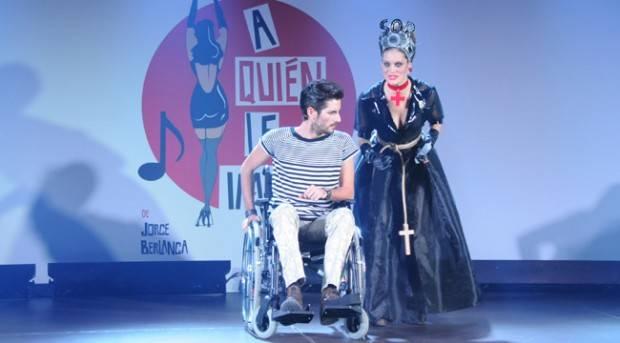 Jacinto Bobo y Laura Artolachipi durante una escena del musical 'A quién le importa'