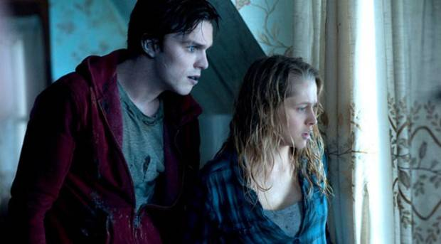Nicholas Hoult y Teresa Palmer en 'Memorias de un zombie adolescente'