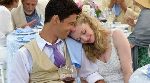Amanda Seyfried y Ben Barnes en 'La gran boda'