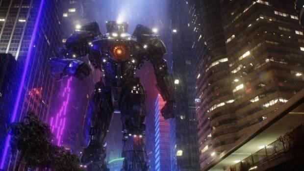 El titánico defensor de la humanidad entre edificios