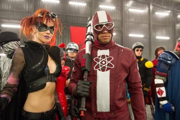 Zorra Nocturna (Amy Anzel) y Doctor Gravedad (Donald Faison)