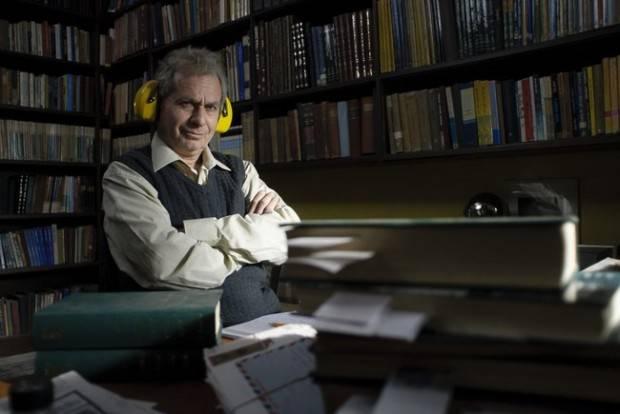 """Eliezer Shkolnik (Shlomo Bar-Aba) concentrado en sus estudios en """"Pie de página"""""""