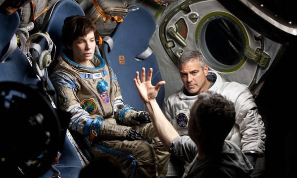 """Alfonso Cuarón (de espaldas) dando instrucciones a los actores en """"Gravity"""""""