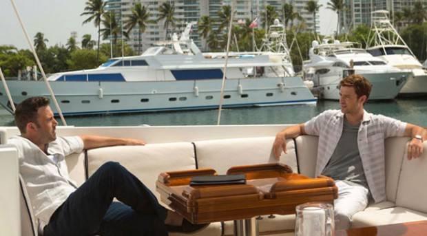 "Ben Affleck y Justin Timberlake en plena negociación laboral en ""Runner, runner""."
