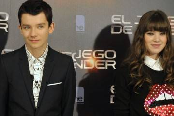 """Asa Butterfield y Hailee Steinfeld durante la presentación de """"El juego de Ender"""" en Madrid"""