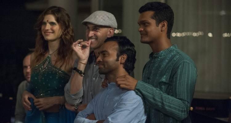 """El director Craig Gillespie rodeado del reparto de la película """"El chico del millón de dólares"""""""