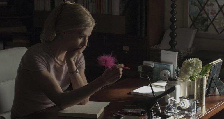 Rosamund Pike en un escritorio en 'Perdida'