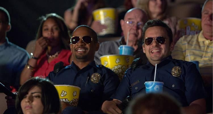 Damon Wayas Jr. y Jake Johnson en una escena de 'Vamos de polis' (2014)