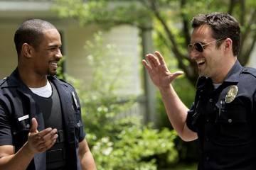Damon Wayas Jr. y Jake Johnson en el cine durante una escena de 'Vamos de polis' (2014)