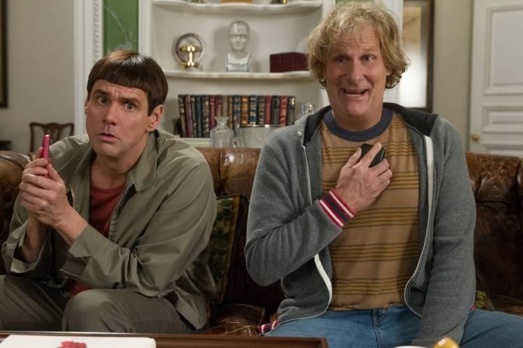 Jim Carrey y Jeff Daniels haciendo lo propio en 'Dos tontos todavía más tontos'