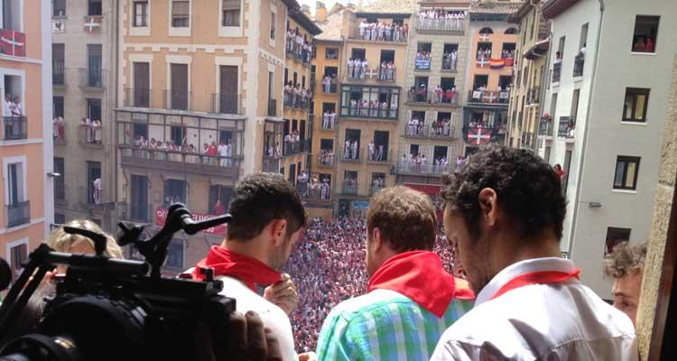 En el balcón del Ayuntamiento de Pamplona durante el famoso chupinazo en 'Blue Lips'