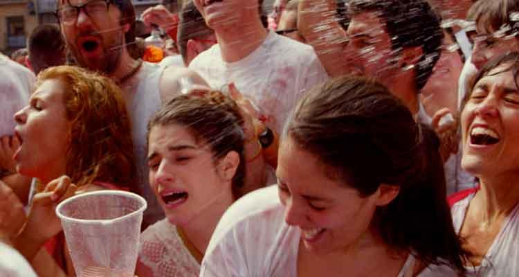 Momento fiesta durante los San Fermines en 'Blue Lips'