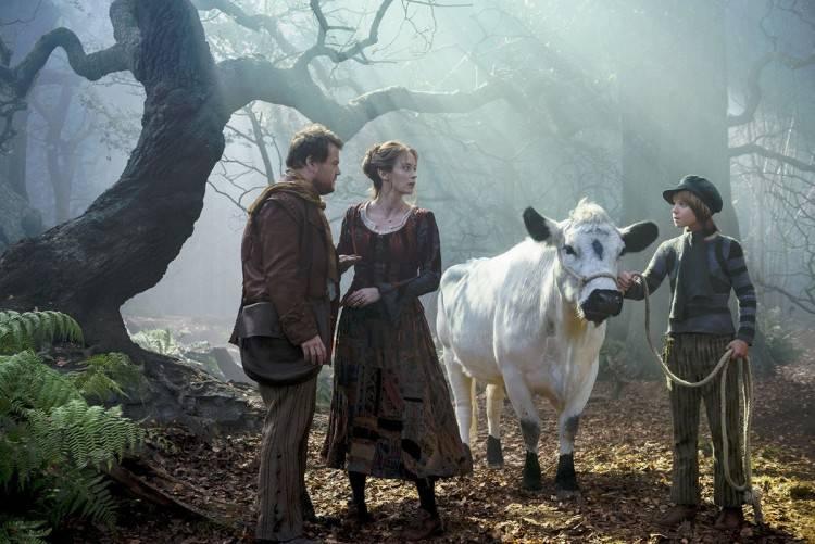 James Corden y Emily Blunt son El Pandero y su Esposa. A su derecha Daniel Huttleston es Jack (Cazagigantes)