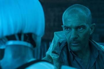 """Antonio Banderas y Cleo en una escena de la película """"Autómata"""" (2015)"""