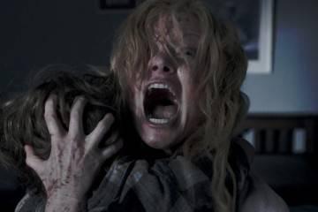 """Amelia (Essie Davis) y su hijo Samuel (Noah Wiseman) en una sangrienta escena de """"Babadook"""""""