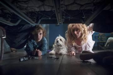 """Amelia (Essie Davis) y su hijo Samuel (Noah Wiseman) mirando bajo la cama en busca de """"Babadook"""""""