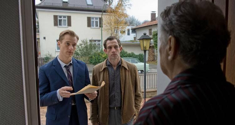 """Alexander Fehling y Gert Voss en la película """"La conspiración del silencio"""" (2015)"""