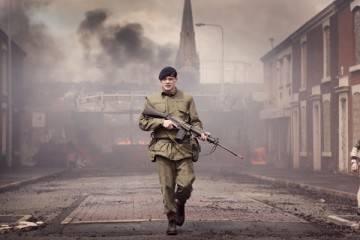 """Jack O'Connell en una sencuencia de guerra en la película """"71"""""""