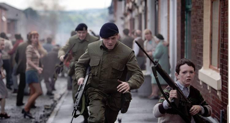 """Jack O'Connell en una secuencia de guerra en la película """"71"""""""