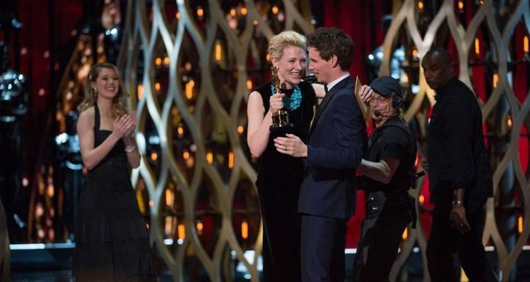 """Cate Blanchett entrega el Oscar a """"Mejor actor"""" a Eddie Redmayne por """"La teoría del todo"""" ©A.M.P.A.S."""