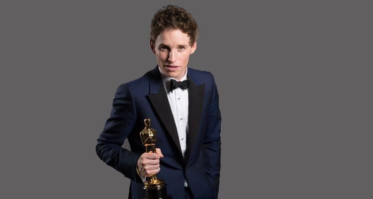"""Eddie Redmayne posando con su Oscar por """"La teoría del todo"""" ©A.M.P.A.S."""