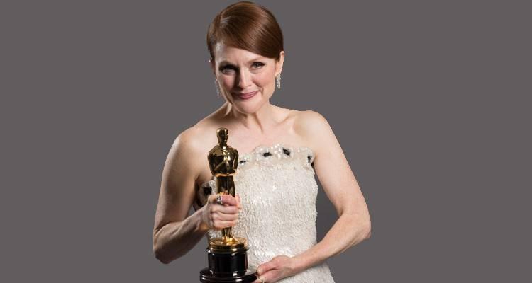 """Julianne Moore posando con su Oscar por """"Siempre Alice""""  ©A.M.P.A.S."""