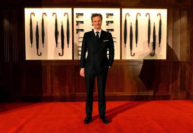 "Colin Firth posando en la película ""Kingsman: Servicio Secreto"""