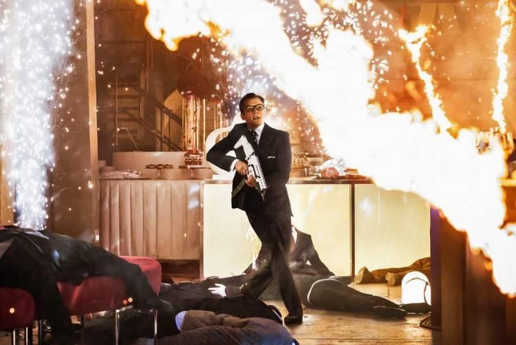 Taron Egerton en plena escena de acción de la película