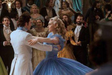 """Richard Madden y Lily James durante el baile donde pierde el zapato """"Cenicienta"""""""