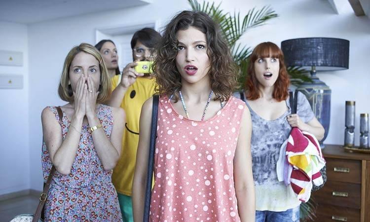 """Celia de Molina, María Hervás, Brays Efe, Úrsula Corberó y Natalia de Molina en """"Como sobrevivir a una despedida"""" (2015)"""