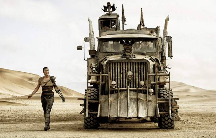 La emperatriz Furia (Charlize Theron) junto al camión de escape