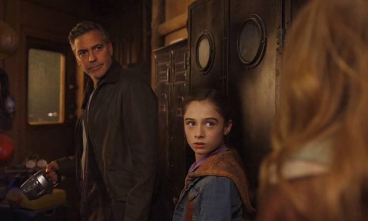 George Clooney y Raffey Cassidy en una escena de Tomorrowland: El mundo del mañana