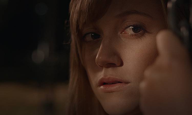 Maika Monroe en la película de terror It Follows (2015)
