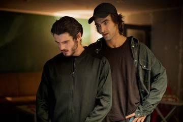 """Yon González y Aitor Luna en una escena de """"Matar el tiempo"""" (2015)"""