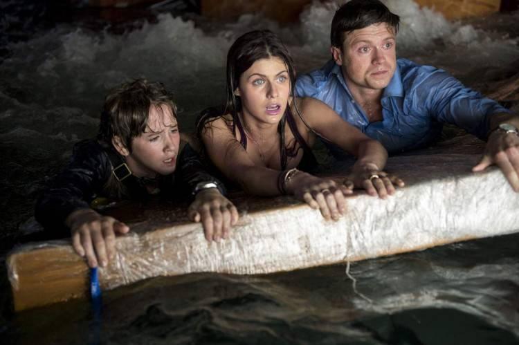 Art Parkinson, Alexandra Daddario, Hugo Johnstone-Burt en mitad de la inundación.