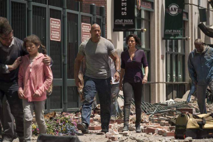 Dwayne Johnson y Carla Gugino en busca de la hija