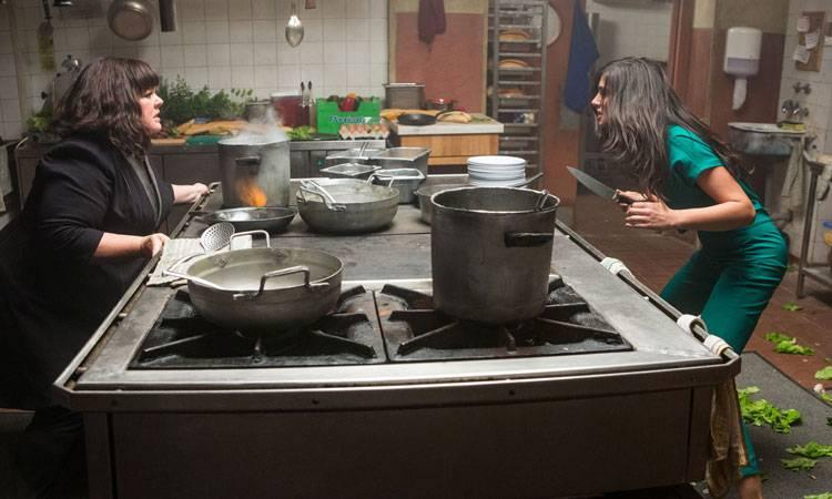 """Melissa McCarthy y Rose Byrne en una escena de """"Espías"""" (2015)"""