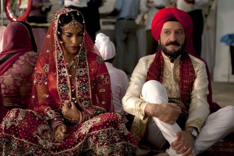 Sarita Choudhury (Jasleen) y Ben Kingsley (Darwan) en una escena de APRENDIENDO A CONDUCIR