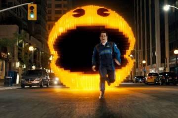 Josh Gad corre delante de Pacman