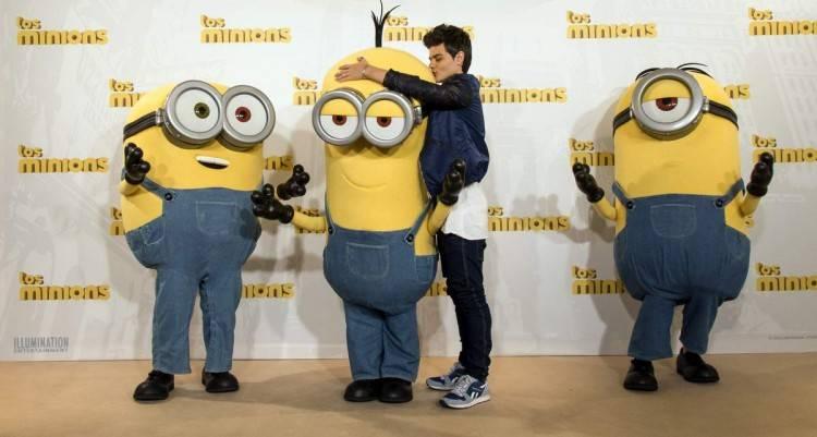Los minions Bob, Stuart y Kevin con Abraham Mateo