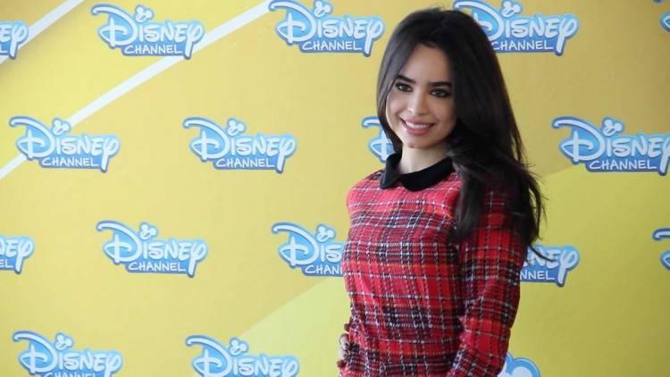 Sofi Carson posando en Disney