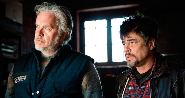Imagen de Benicio Del Toro y Tim Robbins en la película 'Un día perfecto'