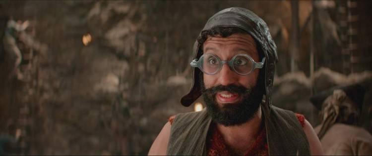 Adeel Akhtar está fabuloso interpretando al rastrero Smee en Pan Viaje a Nunca Jamás
